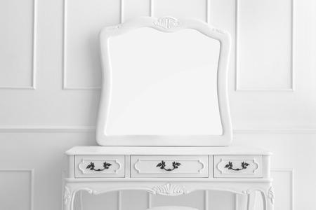 portret van vintage kaptafel set met drie laden en spiegel