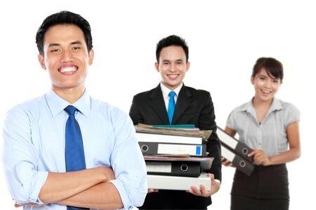 eficiencia: Un retrato de un hombre de negocios de origen asiático, con su equipo detrás. aislado en el fondo blanco