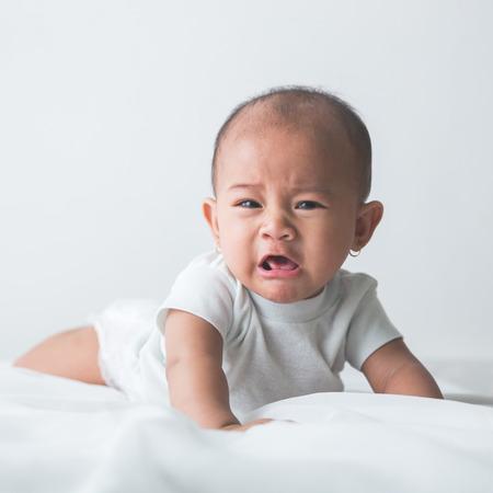 Porträt unglücklich Baby schreit laut Standard-Bild - 52178936