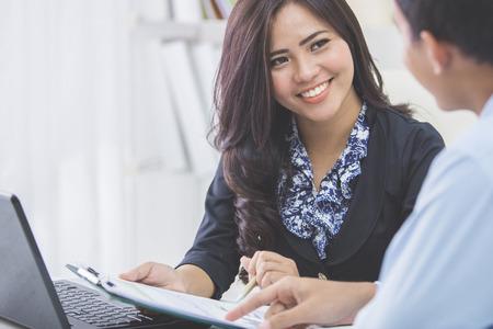 사무실에서 회의에서 두 젊은 아시아 비즈니스 사람의 이미지 스톡 콘텐츠