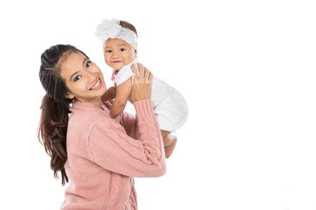 madre y bebe: Mujer asiática que sostiene a su bebé aislado sobre fondo blanco Foto de archivo