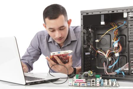 完全な集中力とコンピューターの修復のハンサムなコンピューター専門家の肖像画 写真素材