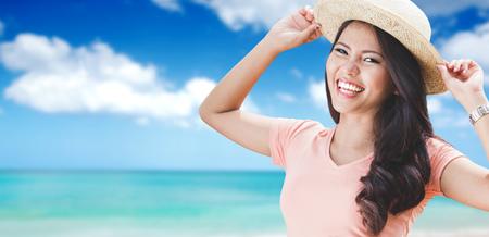 Strand Frau, die Sommerspaß während der Reise Ferien Urlaub