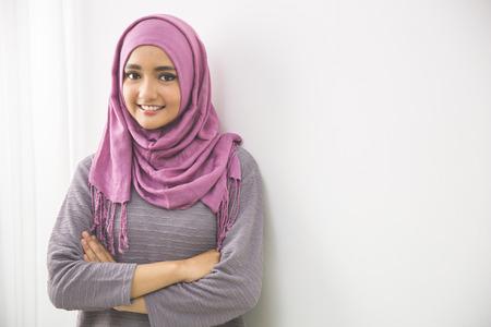 Jeune femme musulmane asiatique foulard sourire, les bras croisés Banque d'images