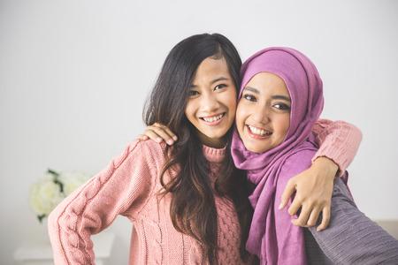 women: Retrato de la hermosa amigo que se divierten juntos. armonía en la diversidad