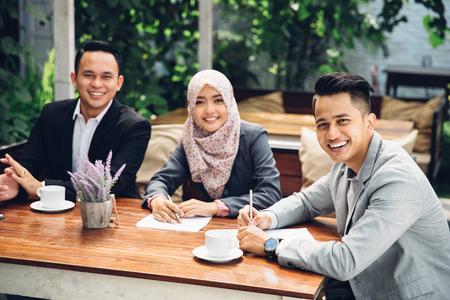 retrato de gente de negocios reunidos en un café