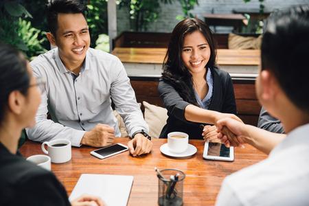 apreton de mano: retrato de la gente de negocios apretón de manos, hasta terminar una reunión