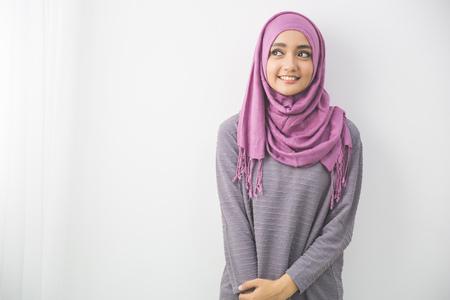 Portret całkiem oung azjatyckich Muzułmanka w chustę uśmiechu