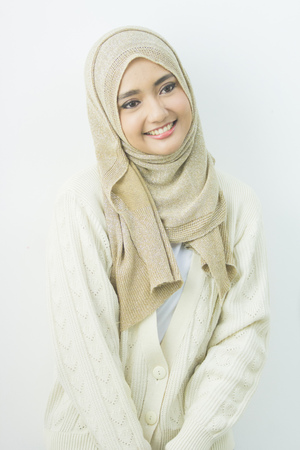 머리 스카프 미소에 꽤 oung 아시아 이슬람 여자의 초상화