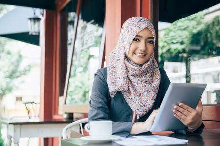 Jeune femme d'affaires sur une pause-café. Utilisation de l'ordinateur tablette Banque d'images