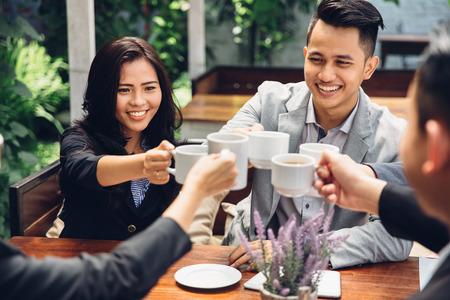 heureux Amis d'affaires asiatique Acclamation Avec café au café