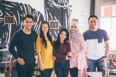 Porträt von Freunden Spaß zusammen in einem Café. Blick in die Kamera
