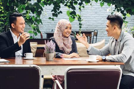 Portret van creatieve mensen uit het bedrijfsleven teamwerk vergadering op cafe Stockfoto