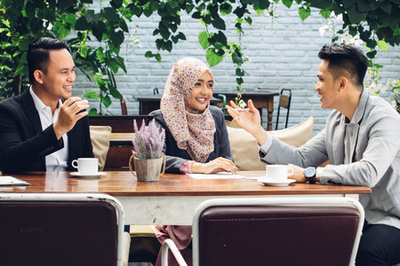 Retrato de la gente de negocios creativos que satisfacen el trabajo en equipo en el café Foto de archivo - 54703699