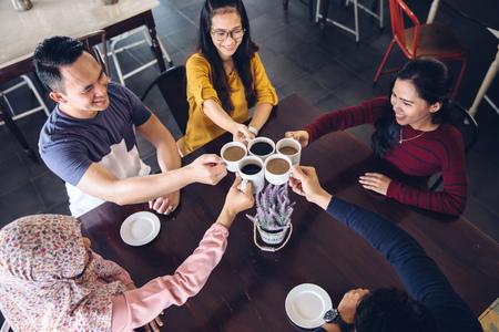 행복 한 학생 대학 커피에서 채팅 커피 한 잔을 데