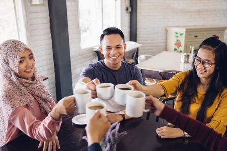 comedor escolar: estudiantes felices que tienen una taza de café en la cantina de la universidad en el chat