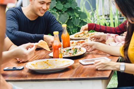 mujeres juntas: Grupo de jóvenes amigos disfruta de la comida en el exterior del restaurante