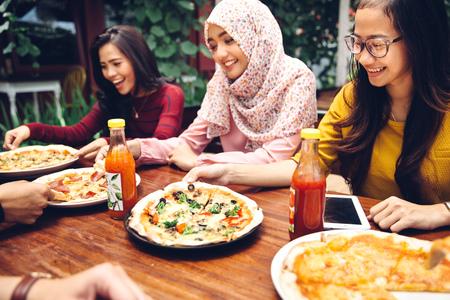 Gruppe junge Freunde, die Mahlzeit genießen im Freien Restaurant Standard-Bild - 54706562
