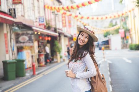 portret van gelukkig meisje reiziger klaar om de stad te verkennen Stockfoto