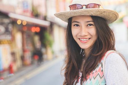 도시를 탐험 할 준비가 행복 소녀 여행자의 초상화 스톡 콘텐츠