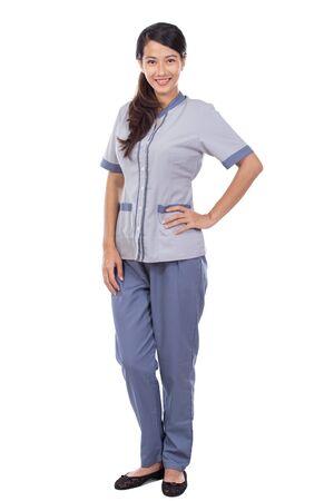 uniformes: Hermoso asiático seguro de limpieza de pie. aislado sobre fondo blanco