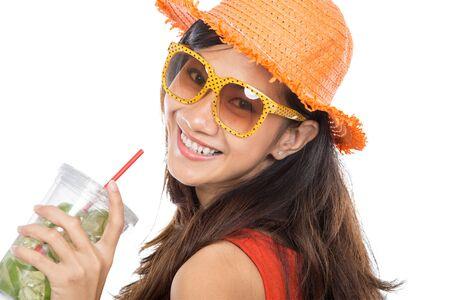 tomando jugo: Mujer joven feliz en el tiempo de verano disfrutando de jugo de limón fresco