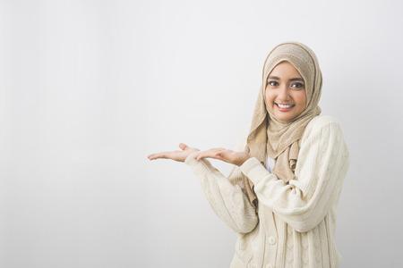 記号または copyspace のための空白の領域を示す若いイスラム教徒の女性の肖像画 写真素材
