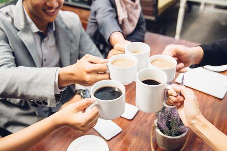 gelukkig Aziatische zaken Vrienden juichen met koffie in cafe
