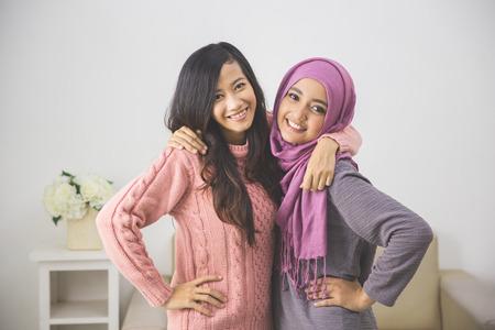 Portret van mooie vriend plezier samen. harmonie in diversiteit Stockfoto