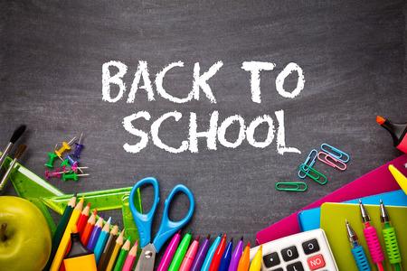 Schulbedarf auf Tafel Hintergrund. zurück zu Schulkonzept