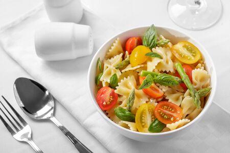Top view portrait italien salade de pâtes farfalle sur blanc bol Banque d'images - 58466831