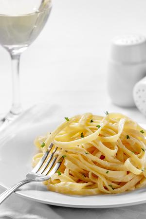 italienisches essen: Nahaufnahme Porträt der italienischen Tagliatelle Carbonara-Sauce bereit zu essen Lizenzfreie Bilder