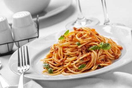 italienisches essen: Porträt des italienischen Spaghetti Bolognese auf weißer Platte essfertig