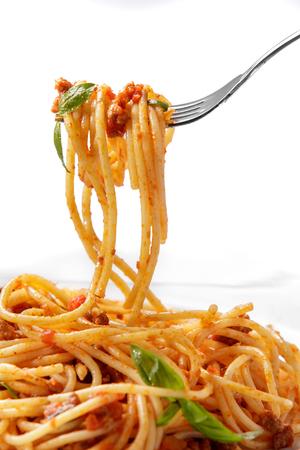italienisches essen: Nahaufnahme Porträt der italienischen Küche Spaghetti Bolognese up bereit, auf weißem Hintergrund zu essen isoliert