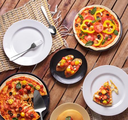 italienisches essen: Ansicht von oben Porträt von einigen hausgemachte italienische Küche auf Holztisch bereit zu essen Lizenzfreie Bilder