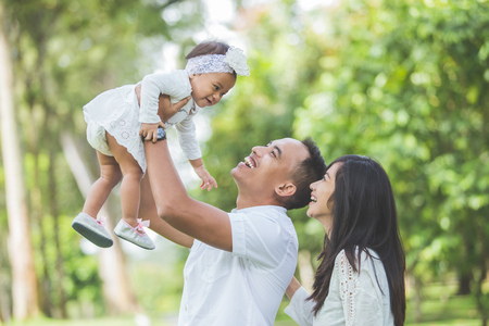 portrait Belle famille avec bébé mignon dans le parc de loisirs ayant ensemble