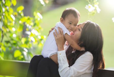 Ritratto di bellezza madre e figlio che giocano nel parco insieme Archivio Fotografico - 62197282