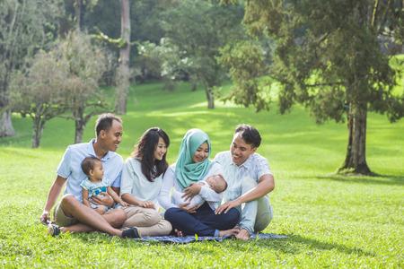 Portrait de deux jeunes de la famille asiatique au printemps parc appréciant ensemble Banque d'images - 62199079