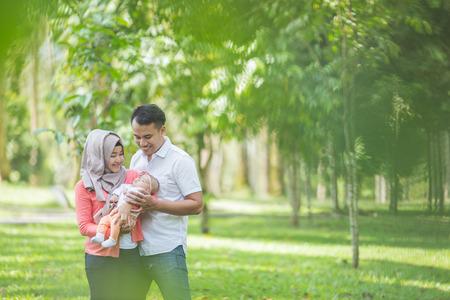 Porträt der Schönheit Mutter und Vater mit ihrem neugeborenen Baby im Park Standard-Bild - 62202606