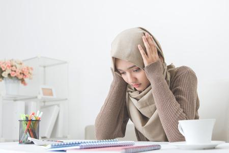Retrato de una mujer asiática joven a cabo su cabeza pensando en algo Foto de archivo - 62622946