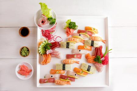 carne cruda: vista desde arriba retrato de sashimi japonés comida y sushi nigiri plato servido con salsa de soja, wasabi y jengibre encurtido