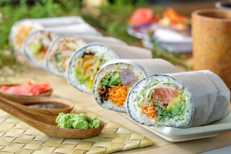 close-up portret van Japanse sushi burrito roll geserveerd met wasabi Stockfoto