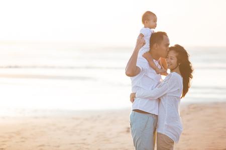 portret van happy happy familie op het strand liefdevolle en het omhelzen Stockfoto