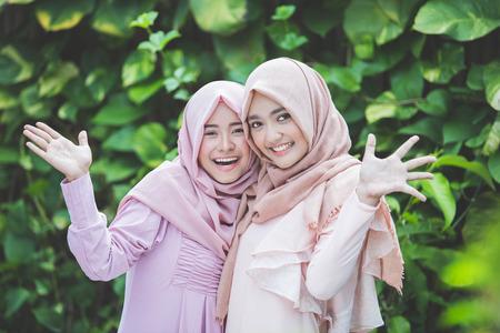 groep van aantrekkelijke Aziatische vrouw met hijab elkaar. beste vriend hugs elkaar