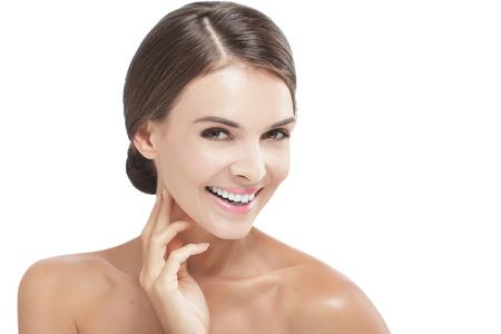 portrait de beau modèle avec maquillage naturel en souriant isolé sur fond blanc avec copie espace Banque d'images