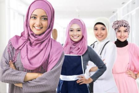 Retrato de mujer musulmana feliz en diferente tipo de profesión