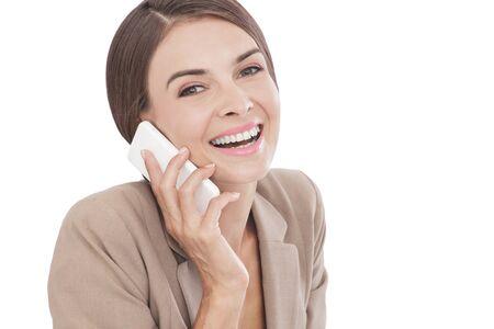 reir: cerca retrato de mujer de negocios hablando por su teléfono móvil aisladas sobre fondo blanco