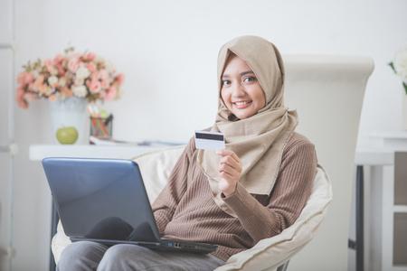 オンライン ショッピングを介して製品を購入して幸せな女性の肖像画。クレジット カードを使用して支払う 写真素材