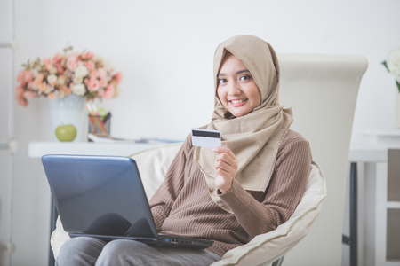Portret van gelukkige vrouw inkoop product via online winkelen. Betalen met creditcard