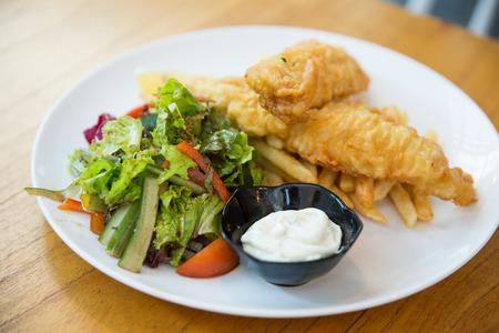 サラダと伝統的なイギリスの魚および破片の肖像画